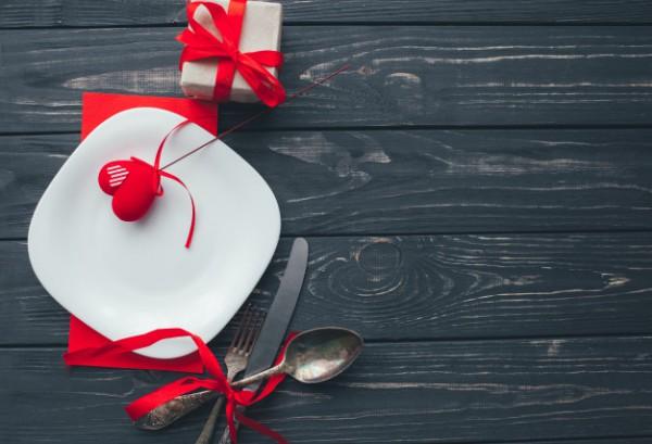 Dia Dos Namorados, Jantar Romântico Em Fundo De Madeira